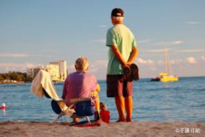 """(圖:拍攝於2020年12月2日,一對老夫婦在海邊凝視著遠方,讓人想到""""執子之手,與子偕老"""",這樣寧靜的畫面很動人。)"""