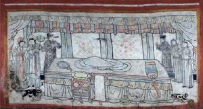 一张空床,两边有两只宠物,还有男女侍者的场景(中国文物网照片)