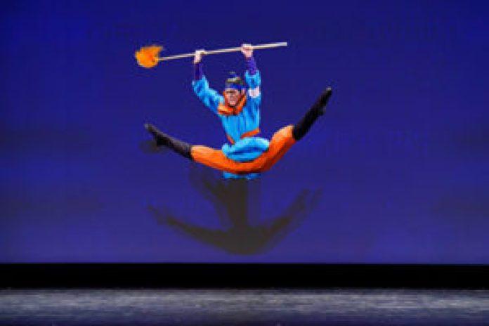 """2021年9月4日,第九届新唐人电视台""""全世界中国古典舞大赛""""复赛在美国纽约举行。图为青年男子组参赛选手刘新龙表演舞蹈《雁门关》。(戴兵/大纪元)"""