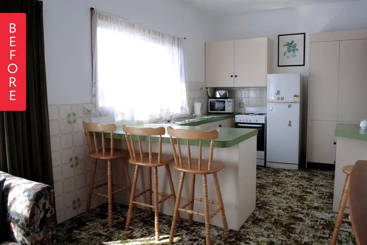 lowes kitchen remodel kingston brass faucets 一个旧厨房到新厨房的成长历程 简书 这是改造前厨房 的格局 开放式的设计 用吧台作隔断 整体以浅色调为主 色彩搭配在十年后的今天看来也不算过时 唯独这小花砖有些耀眼 有一种踩在草地上的轻快感