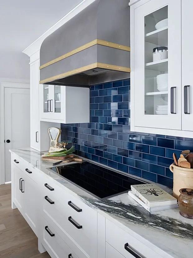 kitchen signs for home island with storage 看了这20个厨房墙面你也会想铺设地铁砖 简书 海军地铁瓦片标志着海洋色彩 是哈利法克斯厨房的合适选择