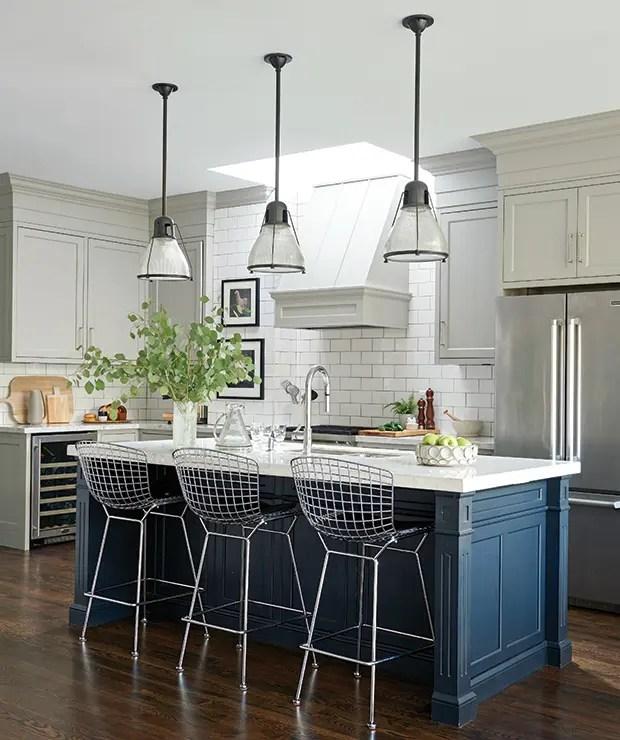 gray subway tile kitchen rustic island light fixtures 看了这20个厨房墙面你也会想铺设地铁砖 简书 经典的轮廓 奢华的装饰和现代元素有助于使这个厨房温暖舒适 耐磨白色地铁砖被灌注成对比度的灰色