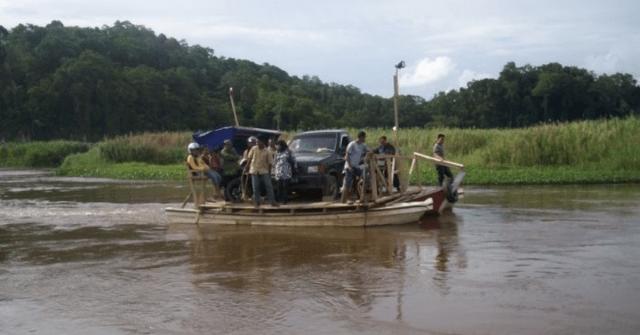 penduduk menggunakan jalan sungai untuk pulang ke kampung