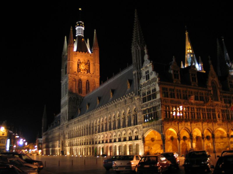 https://i0.wp.com/upload.wikimedia.org/wikipedia/commons/0/01/Belgie_ieper_lakenhal_nacht.jpg