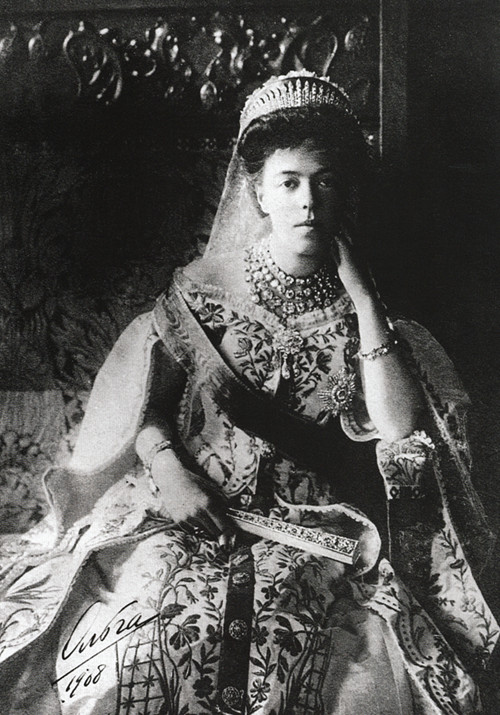 https://i0.wp.com/upload.wikimedia.org/wikipedia/commons/0/02/Grand_Duchess_Olga_Alexandrovna_wearing_the_traditional_dress_of_the_Russian_court.JPG