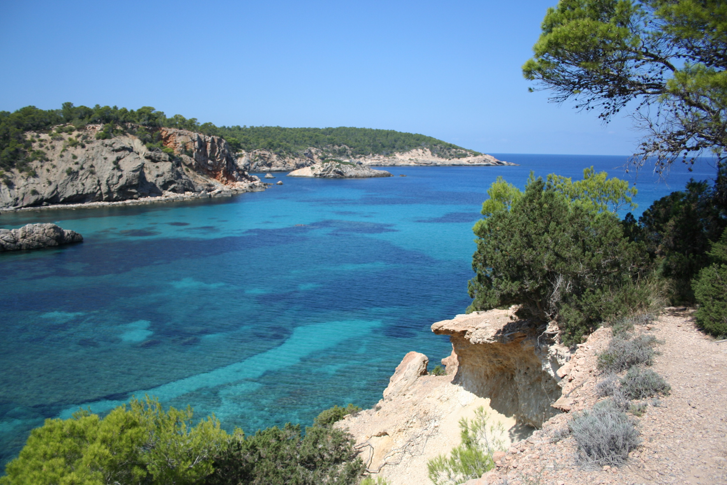 http://upload.wikimedia.org/wikipedia/commons/0/03/Cala_de_Portinatx,_Ibiza_(1672988340).jpg
