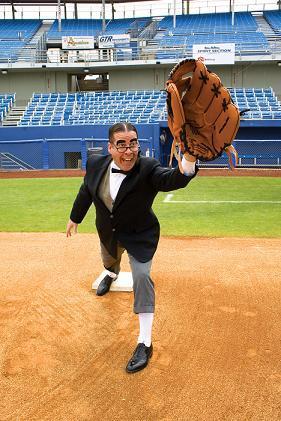 https://i0.wp.com/upload.wikimedia.org/wikipedia/commons/0/03/Myron_Noodleman_with_large_glove.jpg