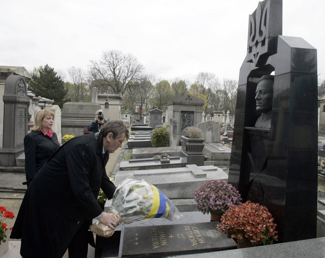 Yuschenko at 's Petliura's Paris grave (2005)