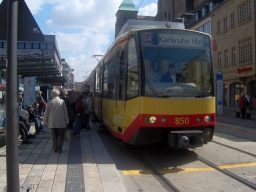 Deutsch: Karlsruher Stadtbahn am Marktplatz vo...
