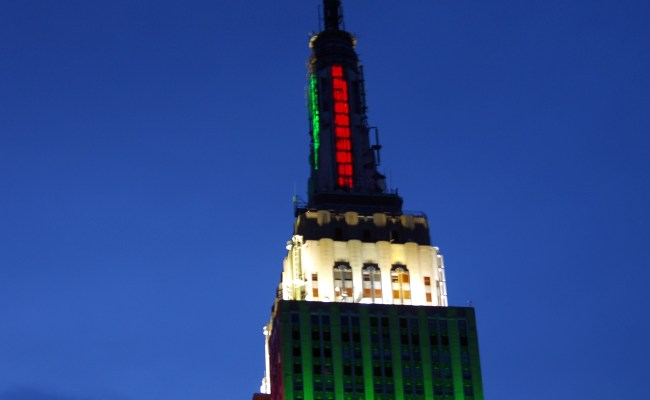 File Empire State Building Red And Green Jpg Wikimedia