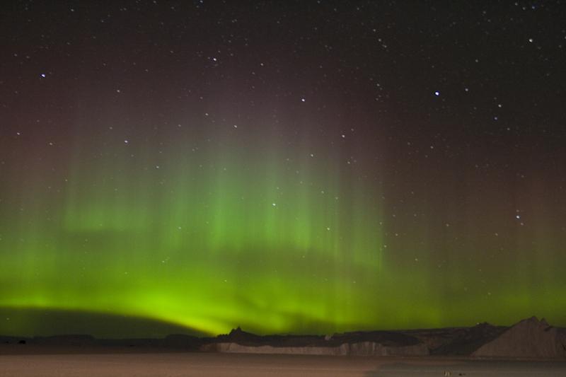 https://i0.wp.com/upload.wikimedia.org/wikipedia/commons/0/07/Aurore_australe_-_Aurora_australis.jpg
