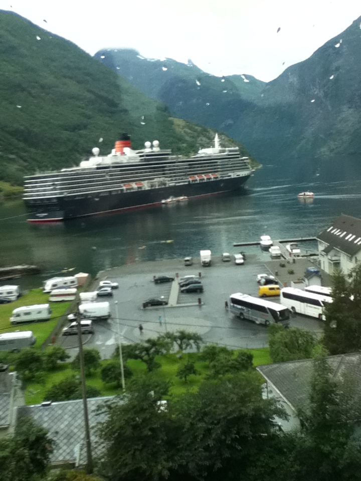 FileCunards cruise ship the Queen Elizabeth in port of