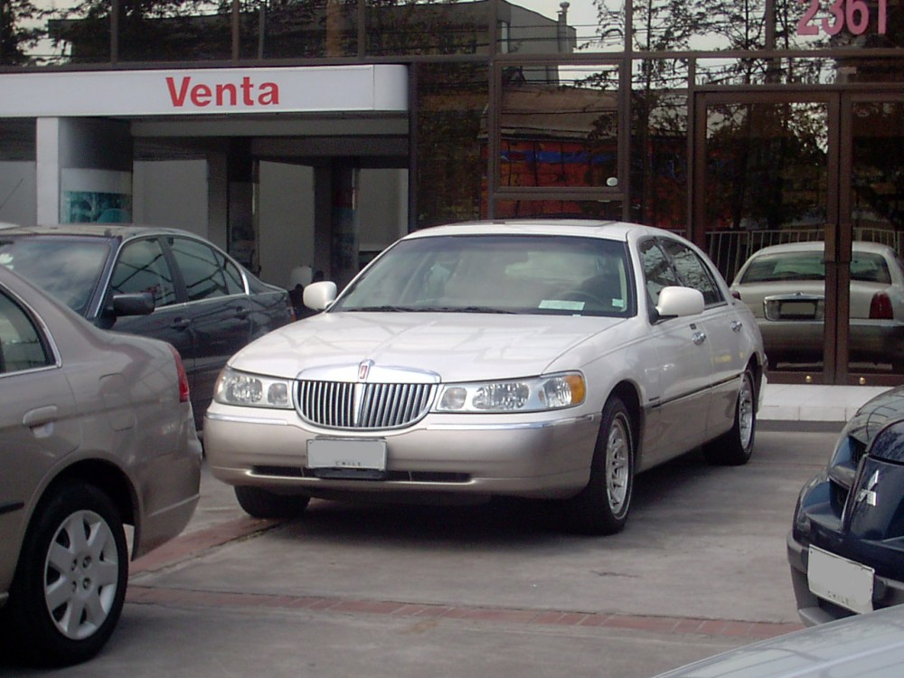 medium resolution of file lincoln town car signature series 1999 13994207527 jpg