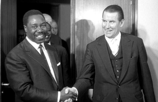 Beavogui Louis Lansana, ministres des affaires étrangères guinéen avec son homologue allemand Gerhard Schroeder, en 1964. Source: wikipedia.org