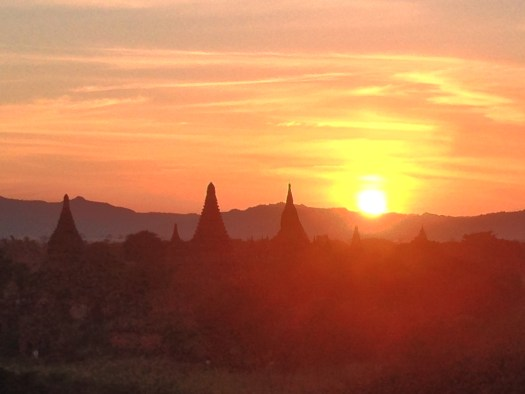 English: The sunset seen from Shwesandaw Pagoda in Bagan, Myanmar. Date 9 December 2014, 17:23:27 Source Own work Author Jacklee Camera location 21° 09′ 49.23″ N, 94° 51′ 58.11″ E Heading=76.098113207547°