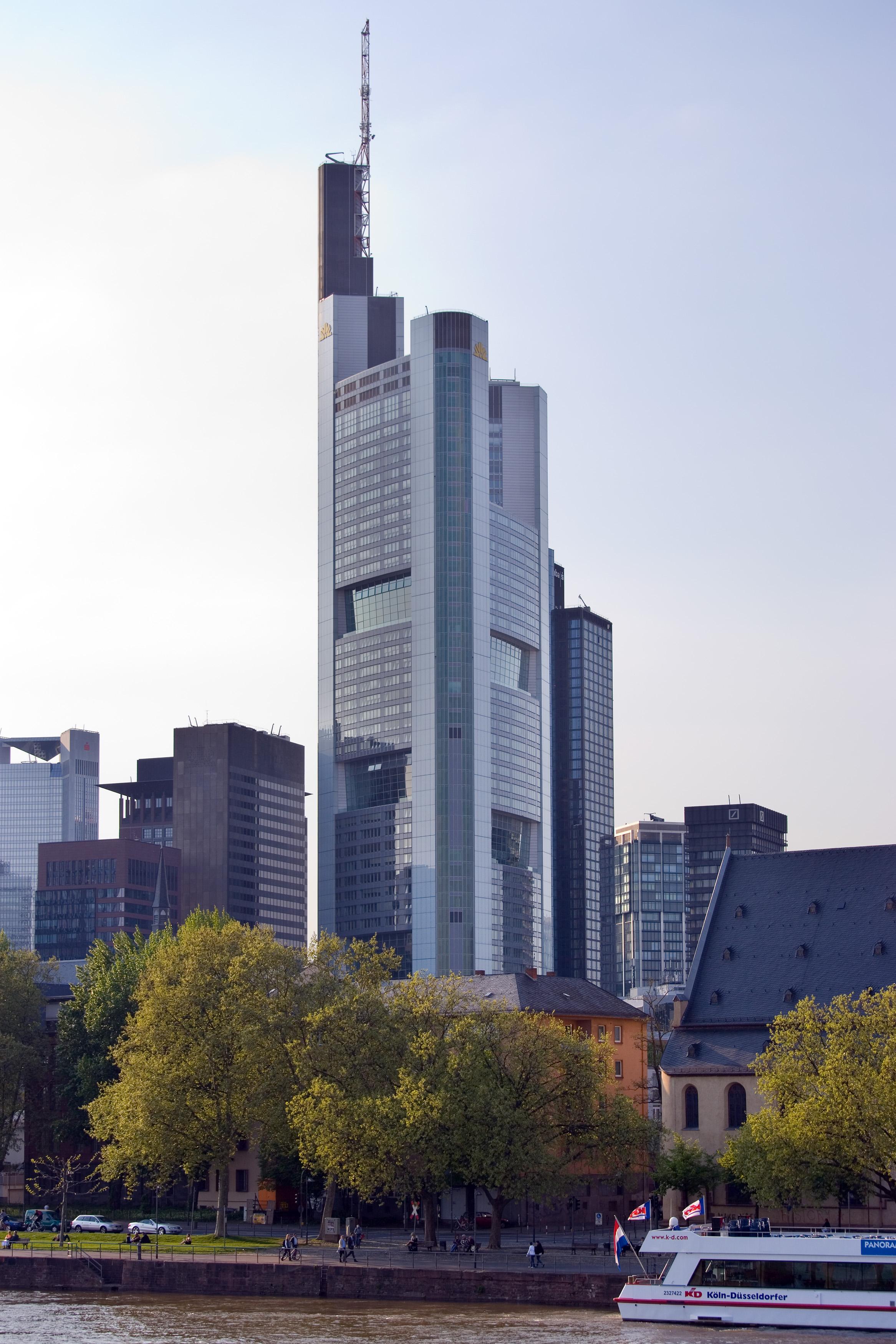 https://i0.wp.com/upload.wikimedia.org/wikipedia/commons/0/0c/Frankfurt_Am_Main-Commerzbank_Tower-Ansicht_vom_Eisernen_Steg.jpg