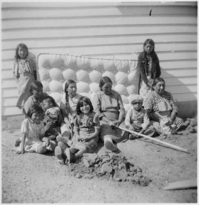 File Women And Children In Front Of Mattress Nara 285244 Jpg