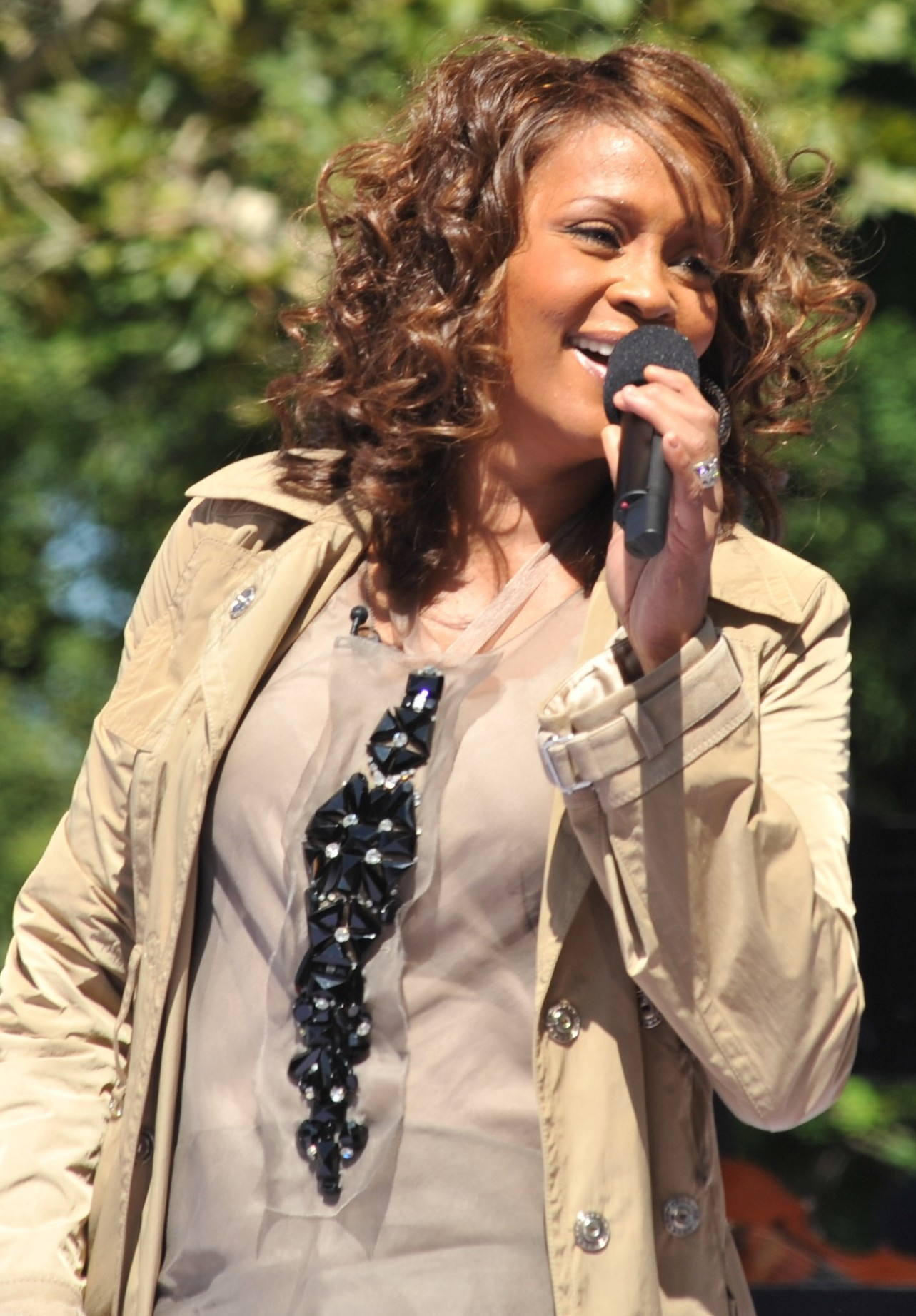 https://i0.wp.com/upload.wikimedia.org/wikipedia/commons/0/0f/Flickr_Whitney_Houston_performing_on_GMA_2009_4.jpg