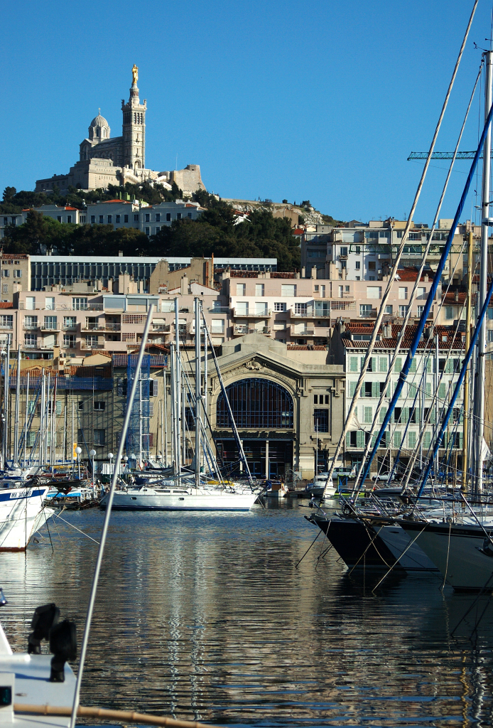 https://i0.wp.com/upload.wikimedia.org/wikipedia/commons/0/0f/Notre-Dame_de_la_Garde_from_the_city_hall_of_Marseille.jpg