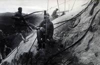 Photographie d'ouvriers procédant au creusement de la roche