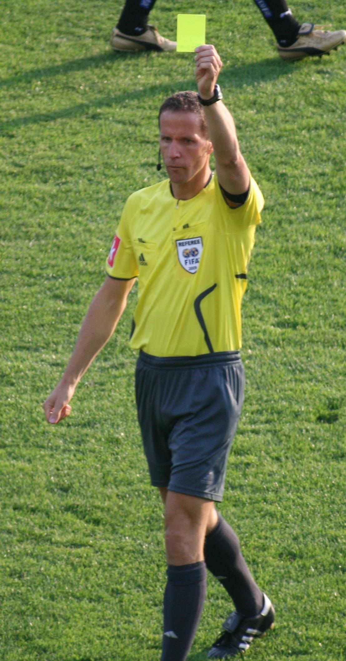Wasit Sepakbola : wasit, sepakbola, File:Schörgenhofer, Zeigt, Gelb.JPG, Wikimedia, Commons