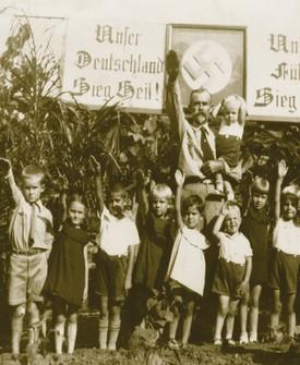 Crianças da Juventude Hitlerista fazem a sauda...