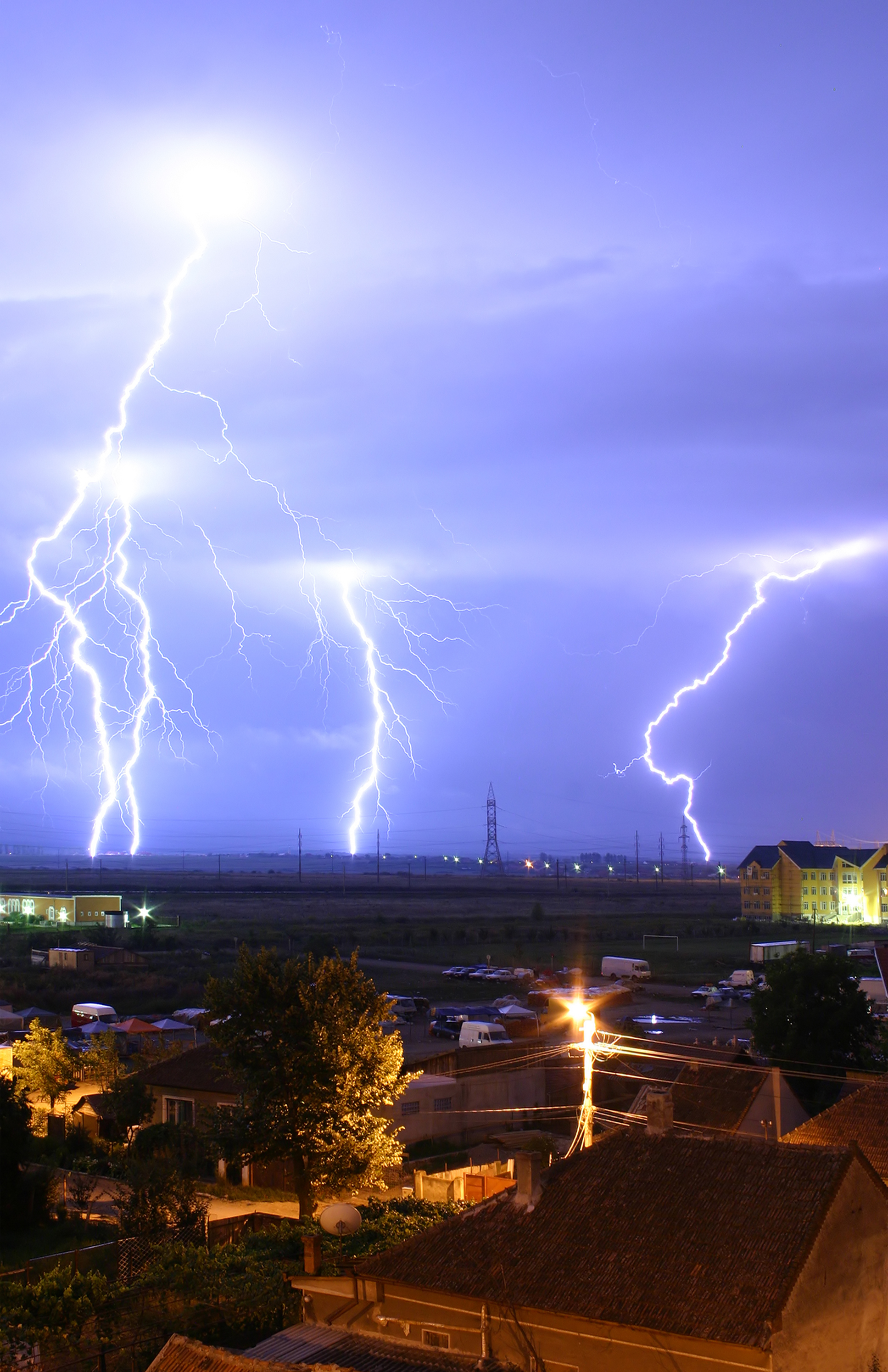hight resolution of strokes of cloud to ground lightning during a thunderstorm