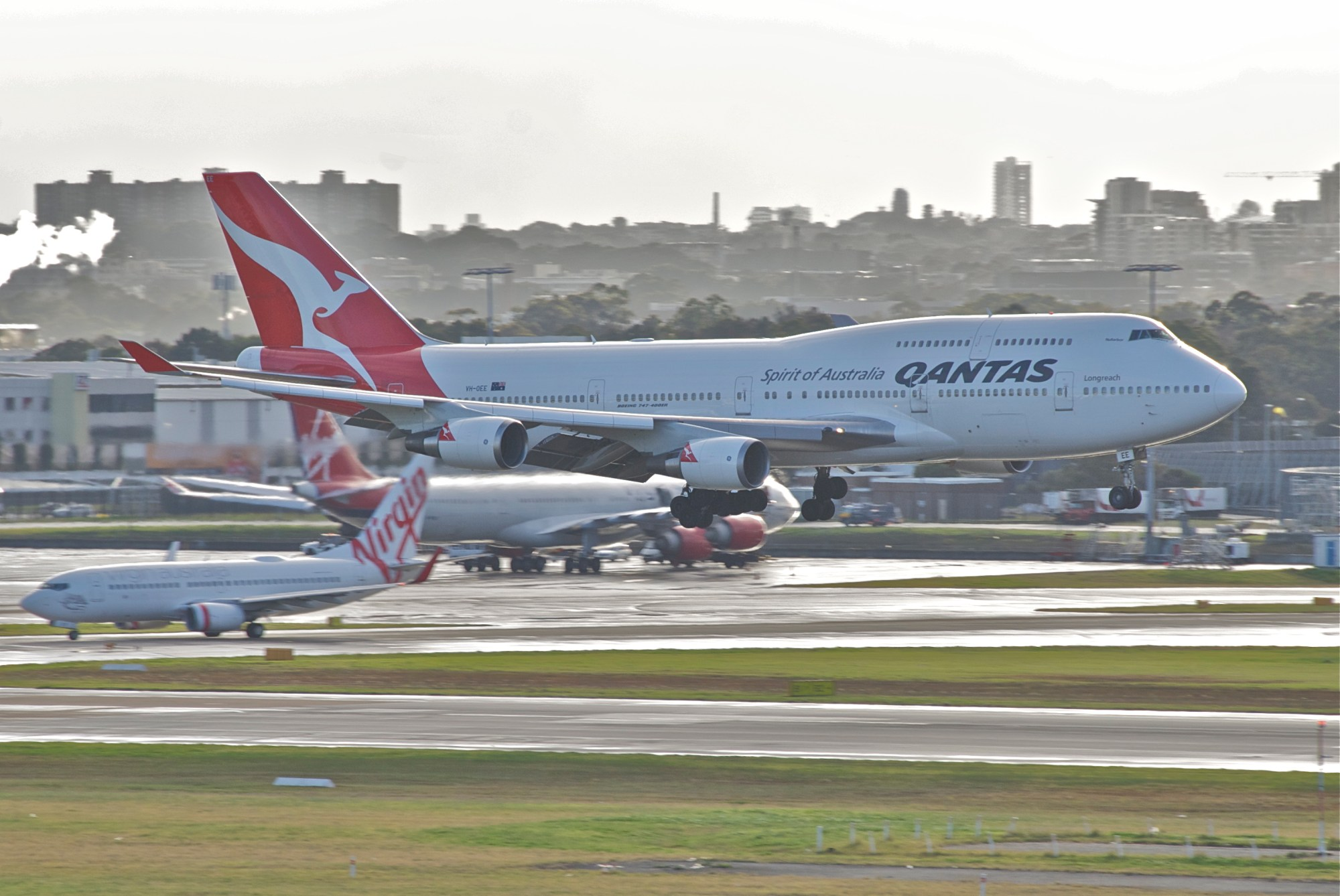 hight resolution of a boeing 747 400er in service with qantas landing at sydney airport