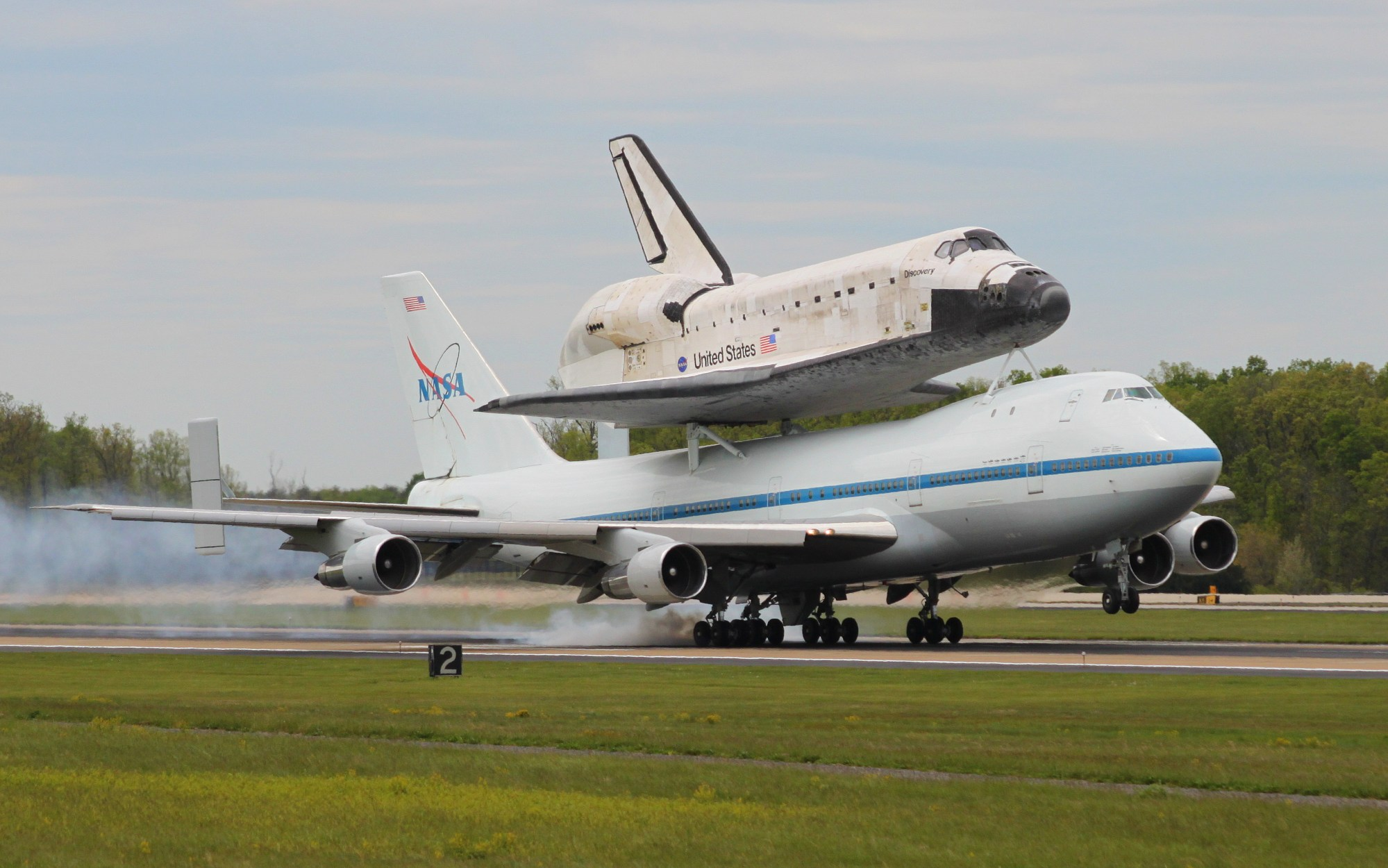 hight resolution of space shuttle discovery landing