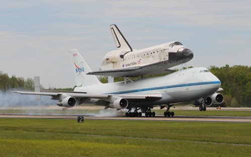 small resolution of space shuttle discovery landing