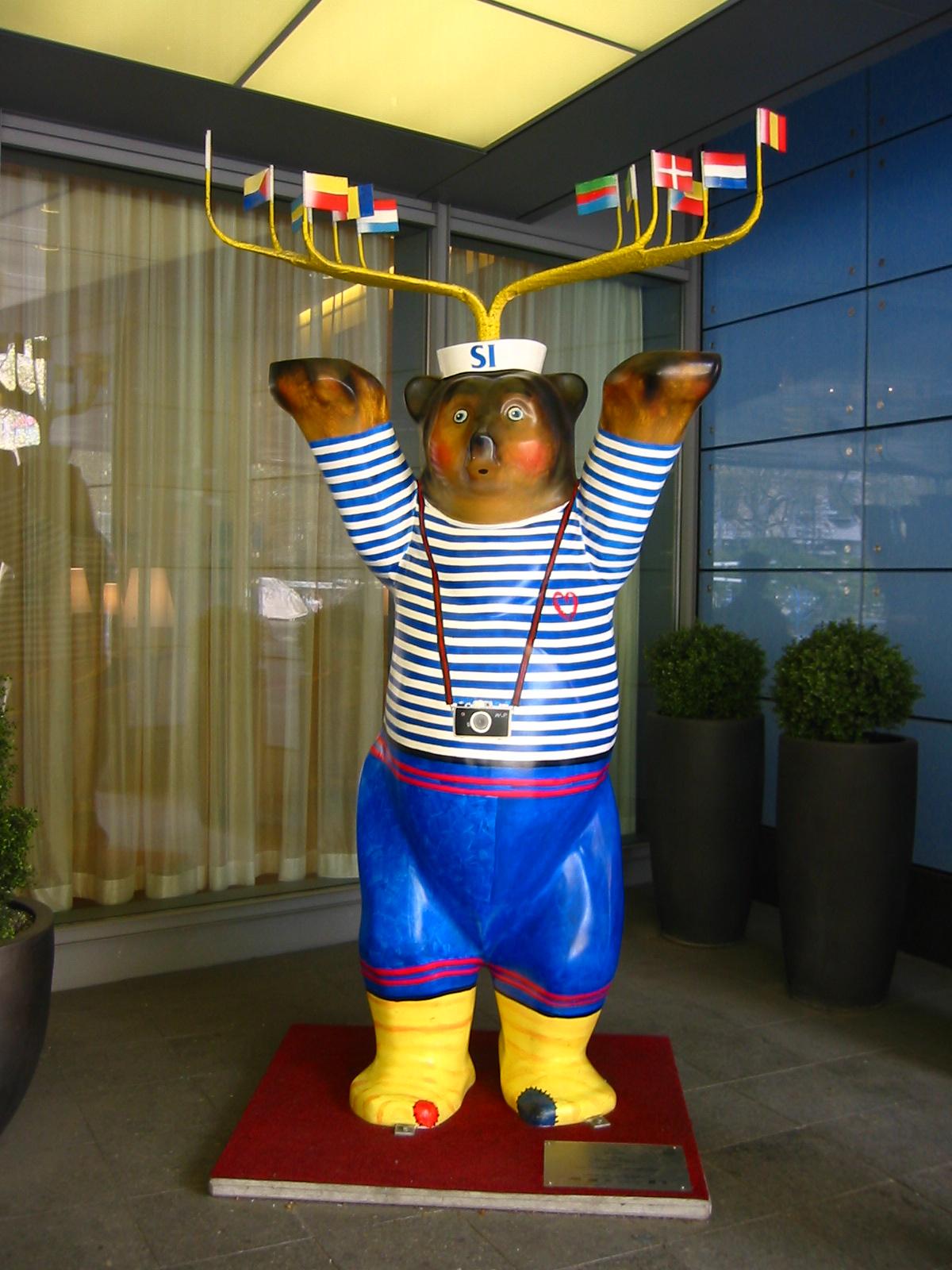 Buddy Bear: SI Bär (former Air Bär). Standort/Location: in front of Best Western Hotel Steglitz International, Albrechtstr. 2, Berlin-Steglitz. Urheber: Wikimedia Commons User: BLueFiSH.as.