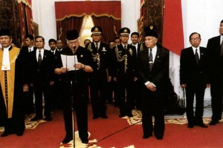 Sumber foto: http://id.wikipedia.org/wiki/Soeharto