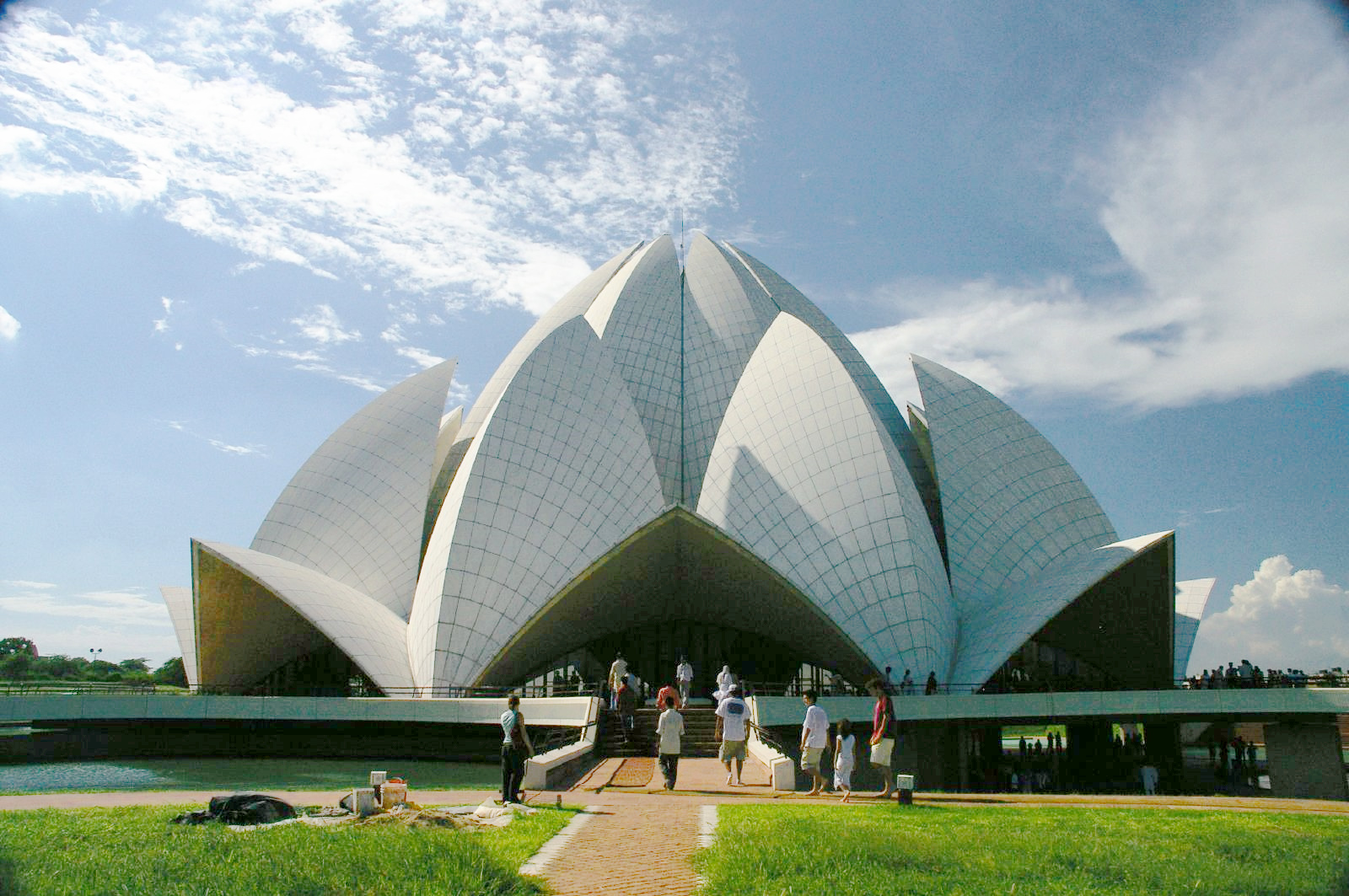 https://i0.wp.com/upload.wikimedia.org/wikipedia/commons/1/16/New_delhi_temple.jpg