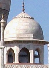 ગુજરાતી: મુખ્ય ઘુમ્મટની ચારે તરફ ચાર નાની છતરી...