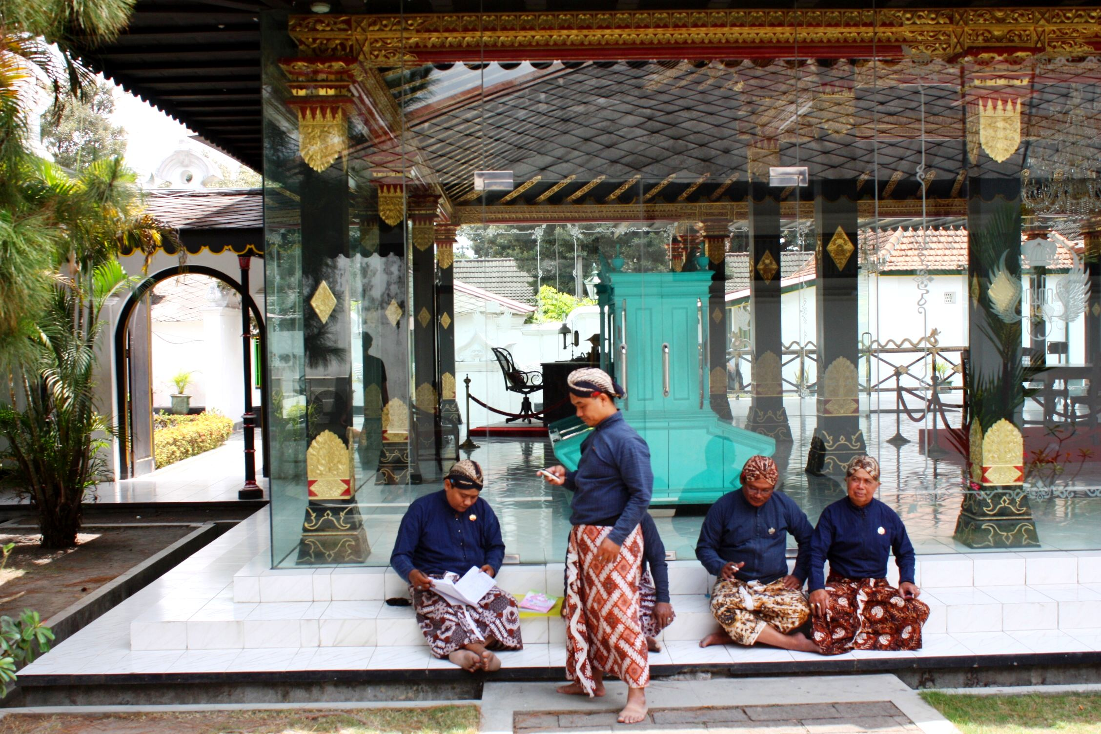 Foto disela-sela kegiatan para abdi ndalem keraton Yogyakarta