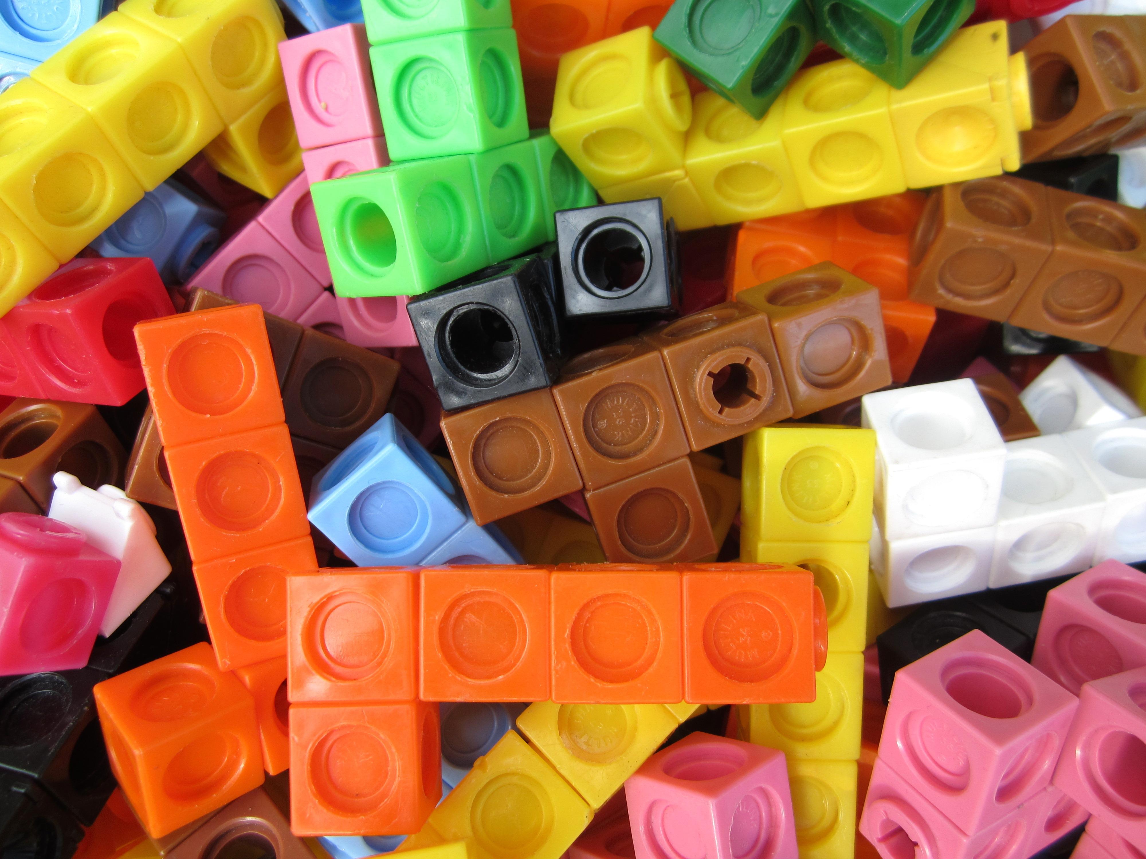 https://i0.wp.com/upload.wikimedia.org/wikipedia/commons/1/1c/Multilink_cubes.JPG