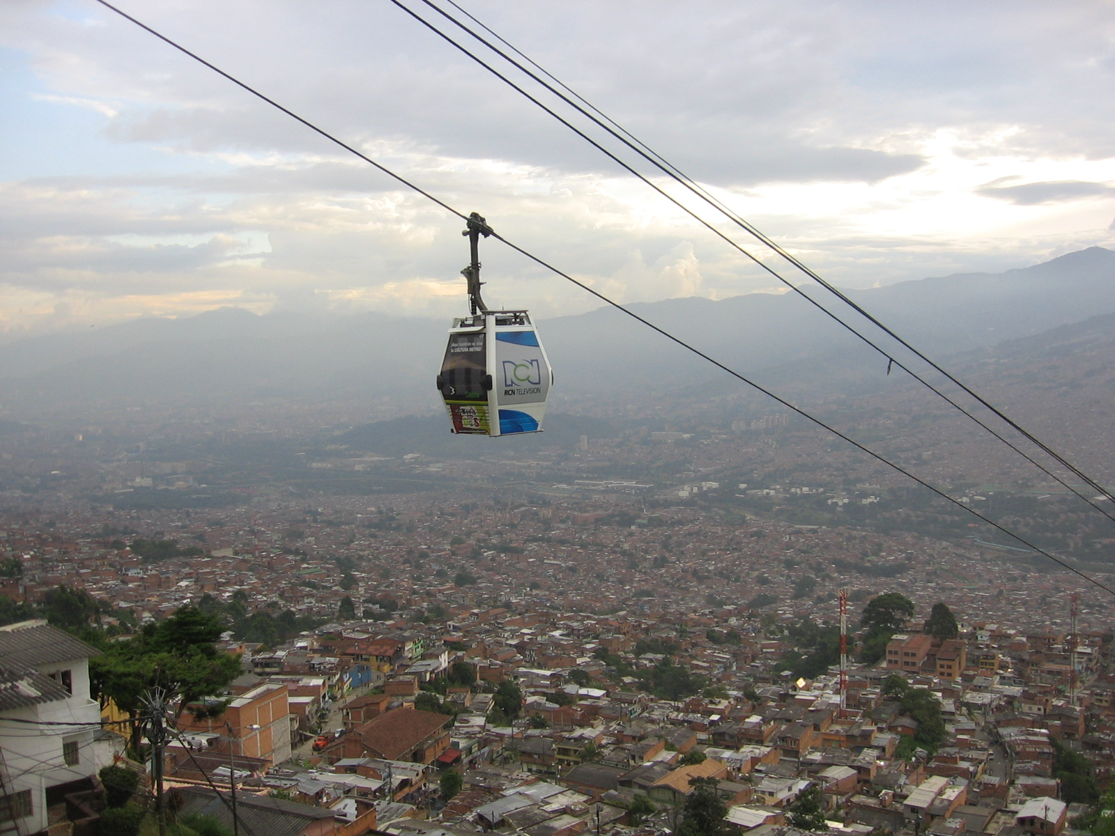 English: A view of Medellín from a wagon of Me...