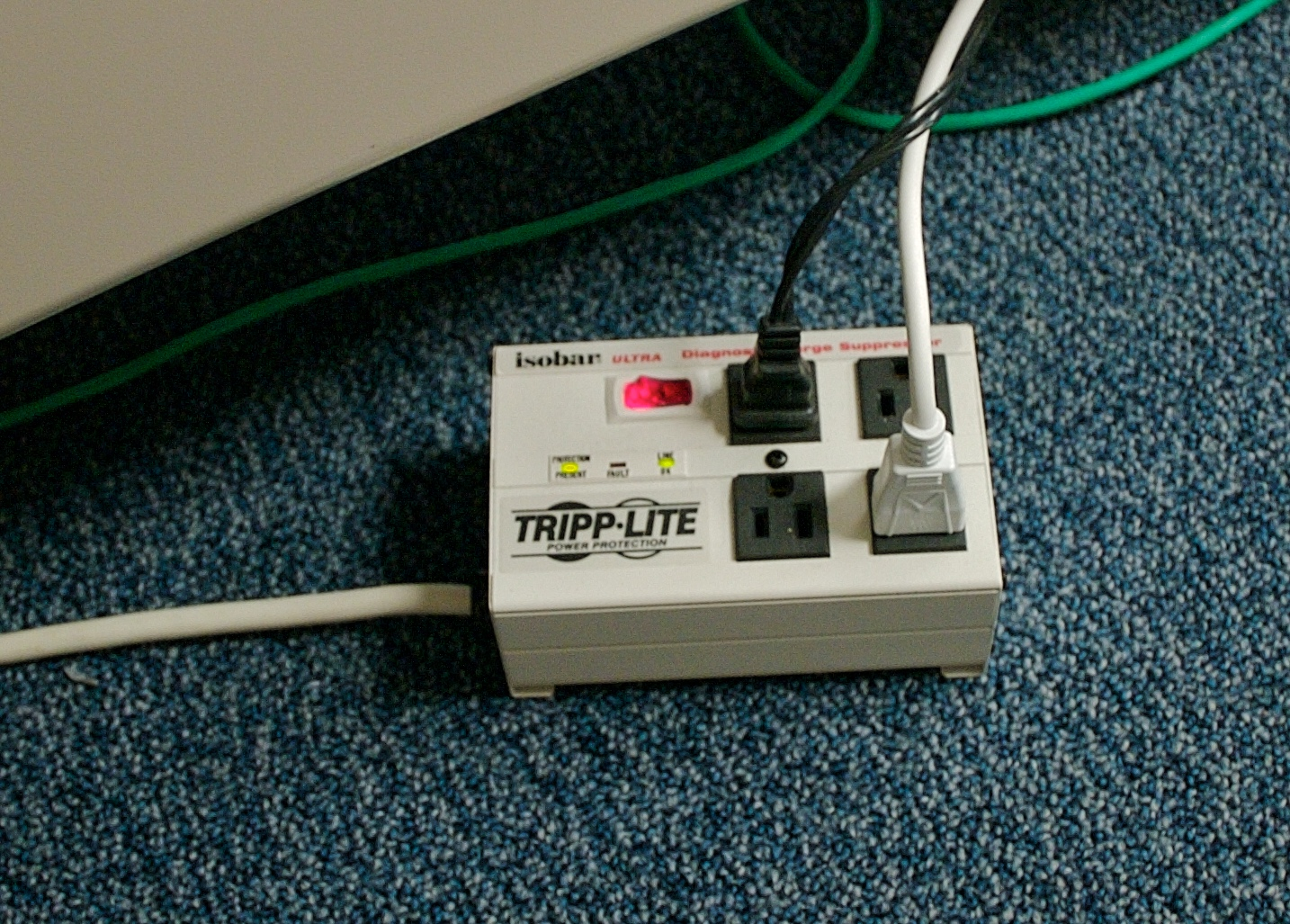 https://i0.wp.com/upload.wikimedia.org/wikipedia/commons/2/20/Surge_suppressor.jpg