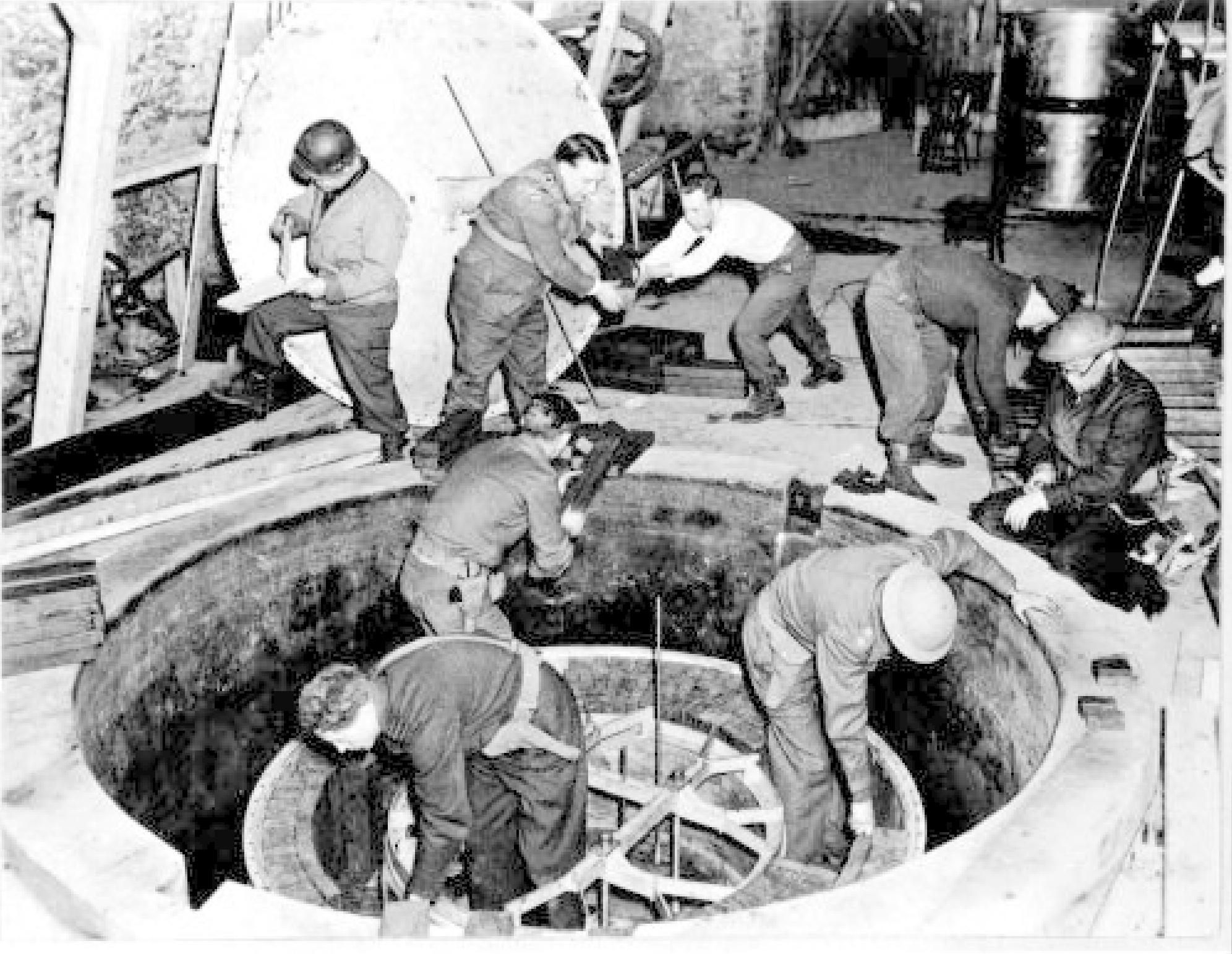 Soldados norteamericanos y británicos desmontan el reactor B-VIII de Haigerloch.