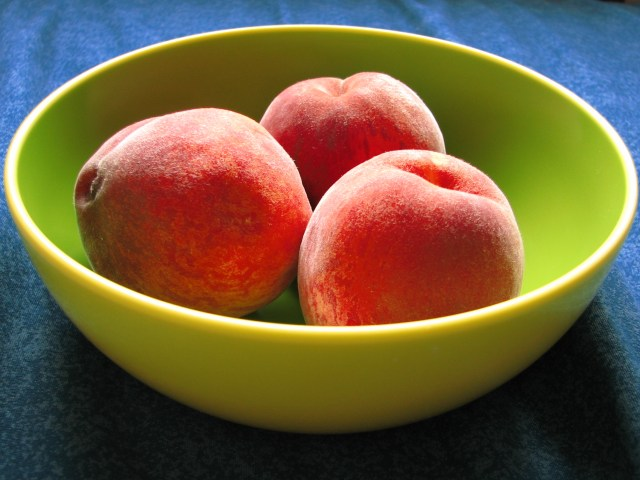 English: A bowl of peaches with colors enhance...