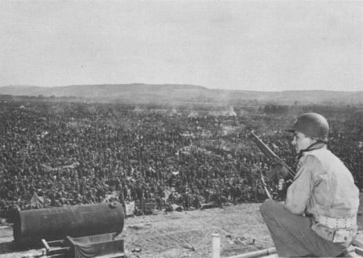 Soldado estadounidense custodia prisioneros alemanes en Remagen