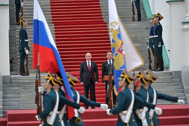 Abbildung 7: Putin und Medwedew nehmen die Parade ab