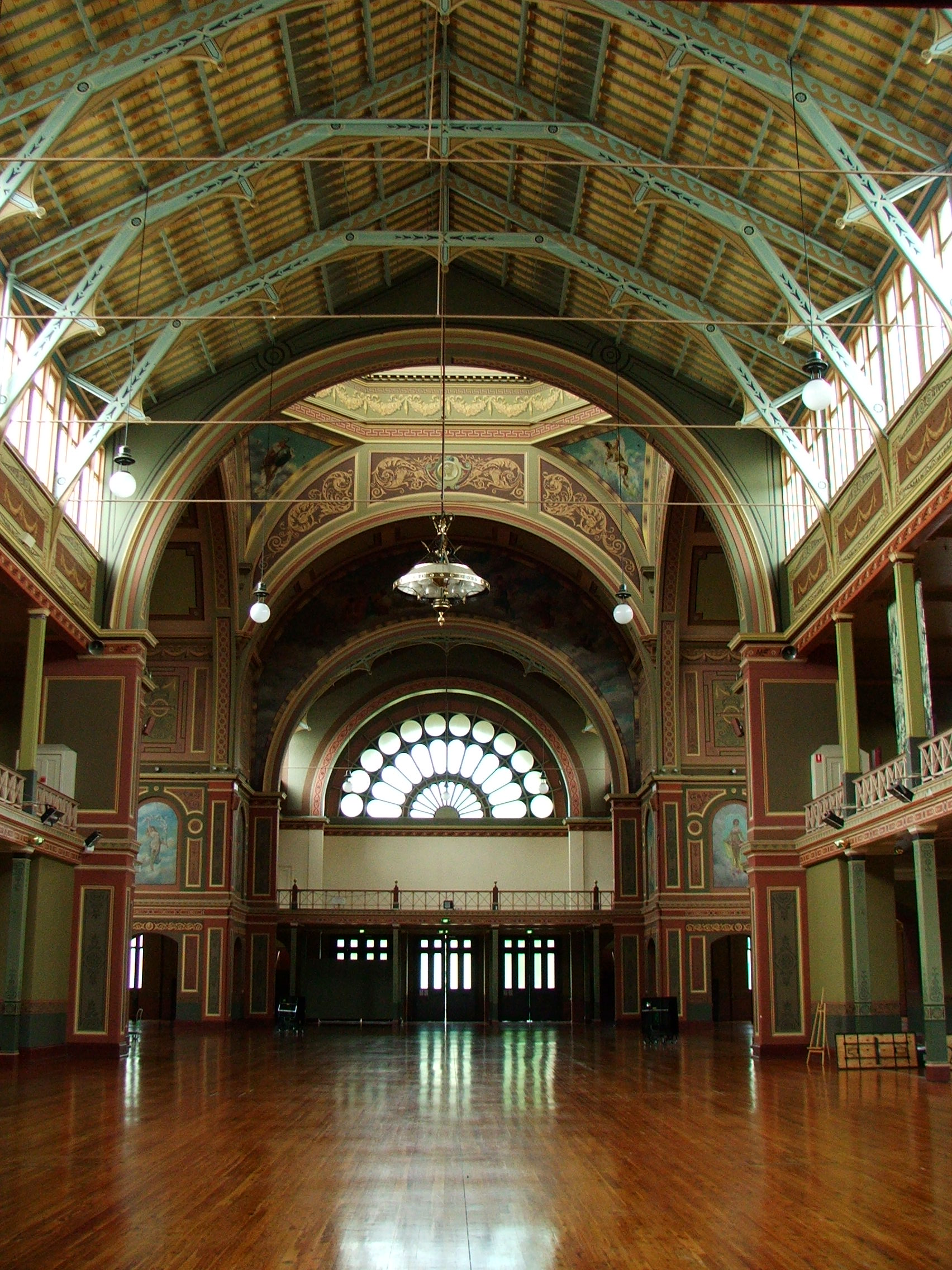 https://i0.wp.com/upload.wikimedia.org/wikipedia/commons/2/2c/Royal_Exhibition_Building_inside1.JPG