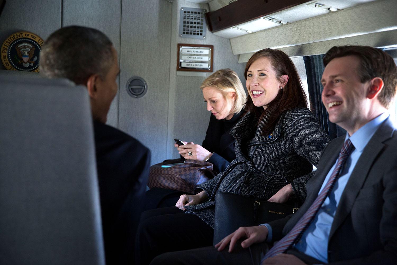 FileBarack Obama talks aboard Marine One with Anita