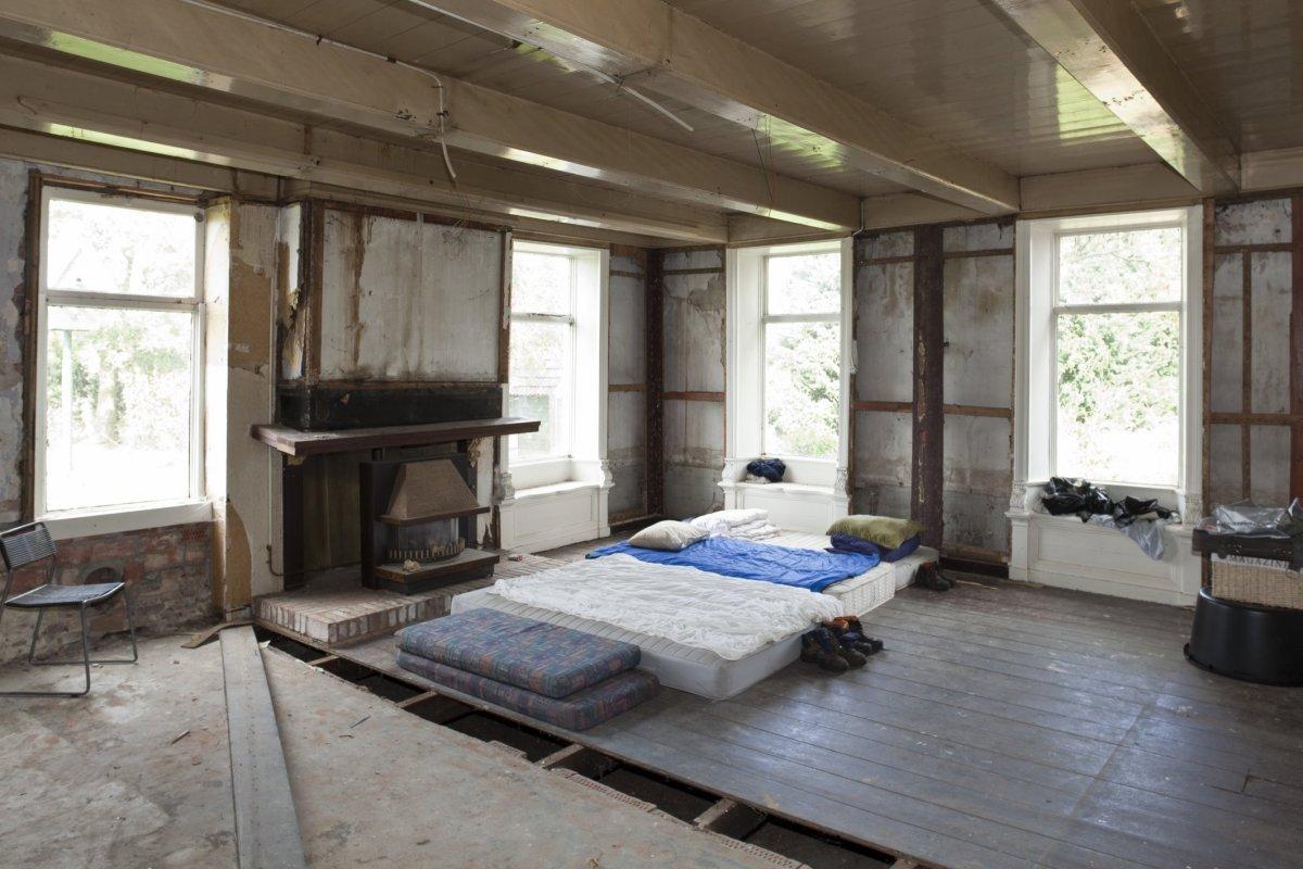FileInterieur overzicht woonkamer enkele ramen met