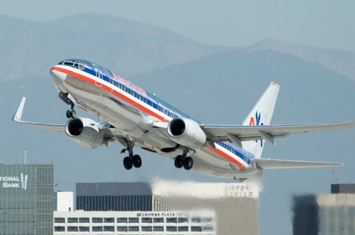 English: American Airlines Boeing 737-800 taki...