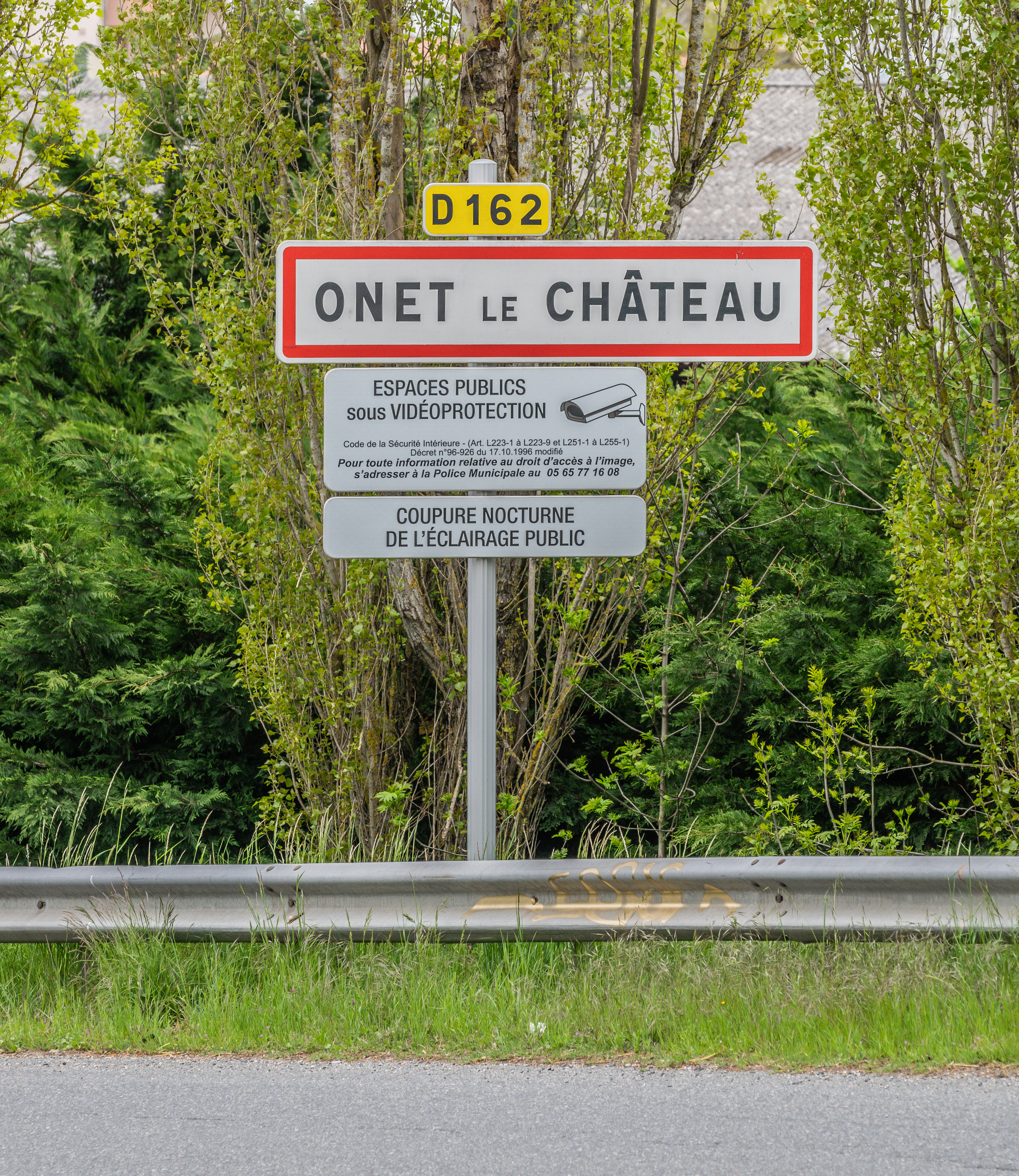 file city limit sign in onet le chateau jpg wikimedia commons