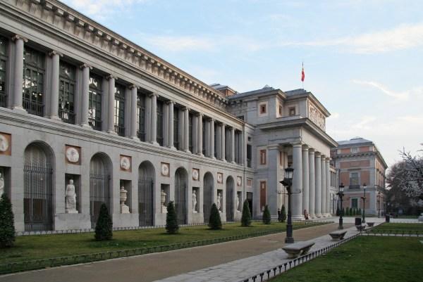 Pasear Por Los Alrededores Del Museo Prado