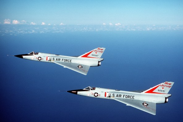 https://i0.wp.com/upload.wikimedia.org/wikipedia/commons/3/35/F-106As_New_Jersey_ANG_in_flight_1984.JPEG?resize=592%2C396