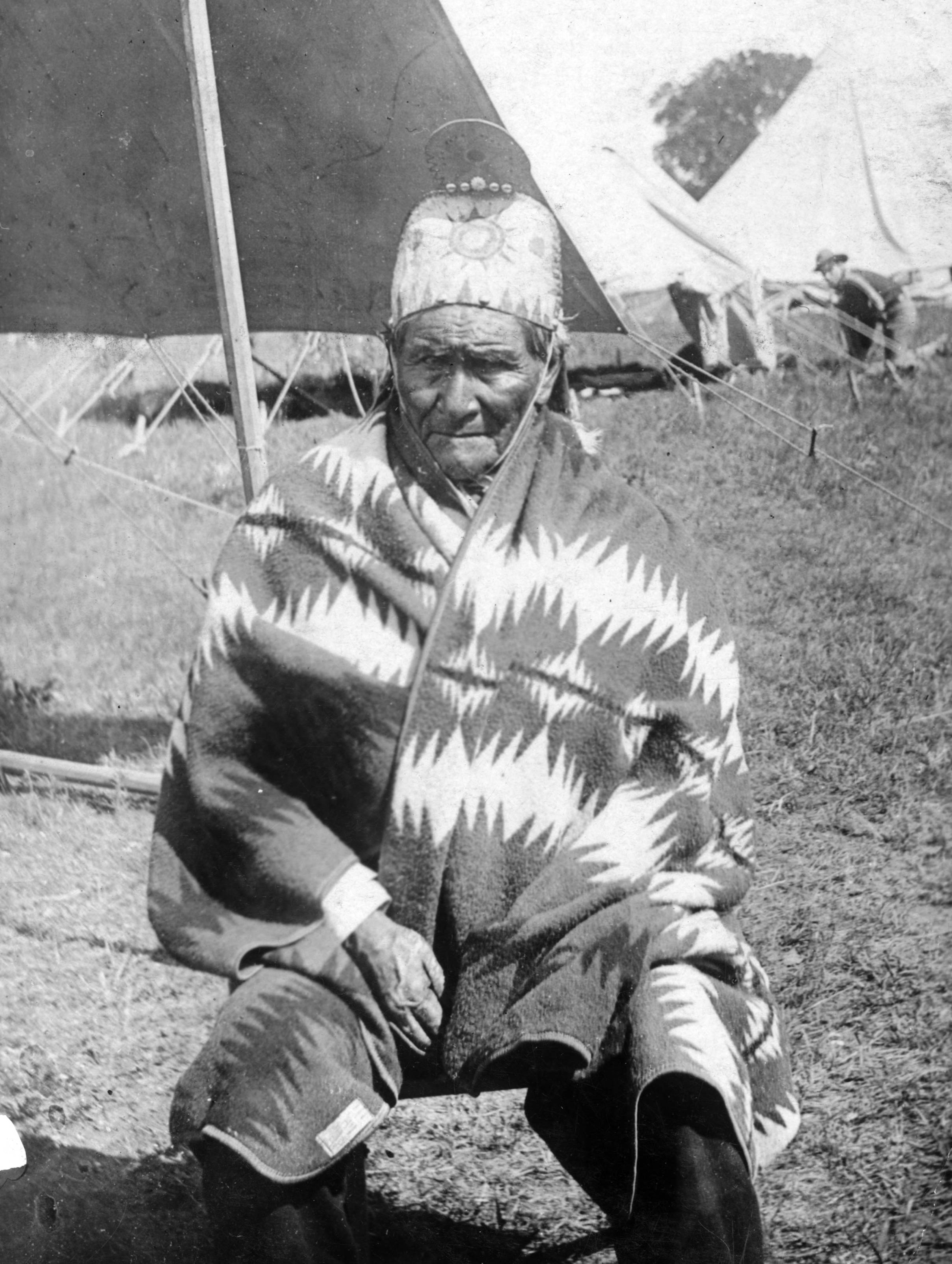 https://i0.wp.com/upload.wikimedia.org/wikipedia/commons/3/36/Geronimo%2C_as_US_prisoner.jpg